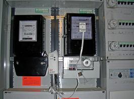 Hier wurde ein Messgerät auf dem Zählerkasten angebracht,  um  den Stromverbrauch einzelner Geräte relativ genau schätzen  zu können.