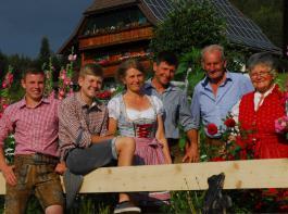 (von links): Marius, Moritz, Andrea, Matthias, Alfons und Klara Fehrenbach überzeugen mit einem nachhaltigen  Betriebskonzept.
