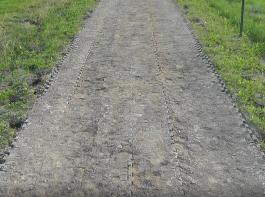 Günstige und ohne tragfähigen Unterbau verlegte Raster bilden bei Belastung häufig Spurrillen.