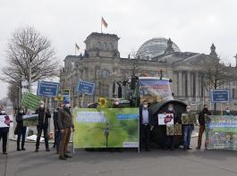 Anlässlich der Anhörung zum Insektenschutzpaket postierte sich eine Delegation des Deutschen Bauernverbandes vor dem Reichstagsgebäude.