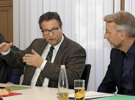 """Peter Hauk (links) verwies bei dem Gespräch ein ums andere Mal auf Brüsseler Vorschriften und Sachzwänge. """"Wenn sich EU-Vorgaben ändern, sind wir machtlos."""" Das überzeugte  in der Runde wenig. Der CDU-Bundestagsabgeordnete Armin Schuster (rechts)  fasste am Ende die Lage so zusammen: """"So kann es nicht weitergehen, das sagen alle."""""""