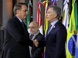 Jair Bolsonaro (links), in Umweltfragen höchst umstrittener Präsident Brasiliens, und Argentiniens Präsident  Mauricio Macri begrüßen sich beim Mercosur-Gipfel am 17. Juli in Santa Fe, Argentinien.