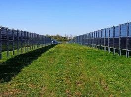 Die Agri-Photovoltaik in Baden-Württemberg steckt noch in den Kinderschuhen, aber es gibt schon erste Anlagen. Hier im Bild eine  Anlage mit vertikalen Modulen, zwischen denen Grünland-Nutzung stattfindet. Sie wurde von der Firma Next2Sun in Donaueschingen-Aasen gebaut und  wird kommende Woche in Betrieb genommen.