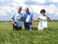 BBV-Kreisobmann Johann Mayer, Saatgutzüchter Berthold Bauer und Bezirksbäuerin Rita Blümel