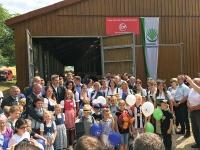 Ministerpräsident Dr. Markus Söder umringt von zahlreichen Gästen bei der Auftaktveranstaltung zum Tag des offenen Hofes
